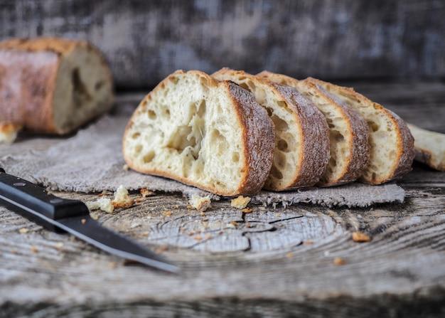 Chleb ciabatta na desce w kroju