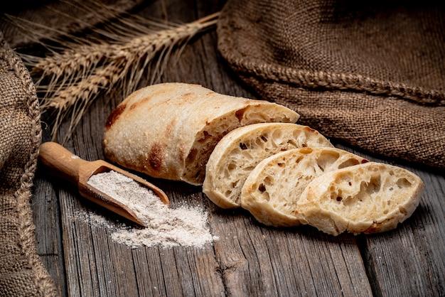 Chleb ciabatta na stole