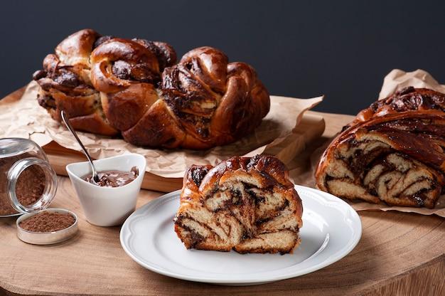 Chleb czekoladowy nadziewany kremem z orzechów laskowych