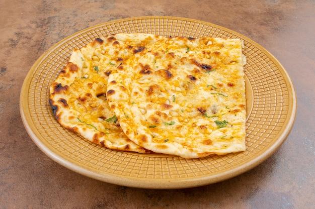 Chleb czosnkowy z indyjskiej zdrowej kuchni lub czosnek naan