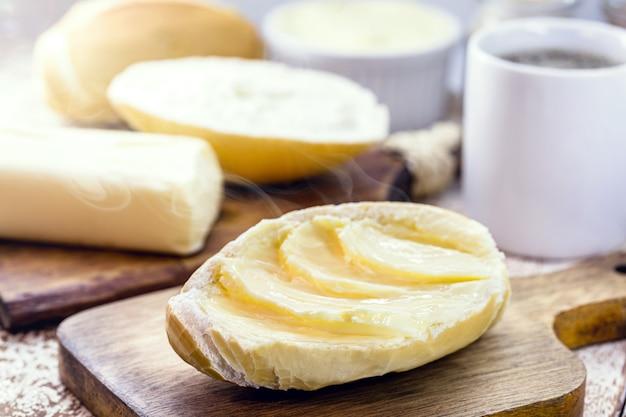 Chleb francuski, chleb brazylijski na ciepło, z masłem i kawą. popołudniowa przekąska