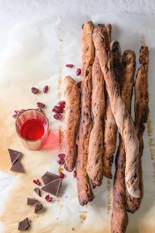 Chleb grissini i czerwony likier