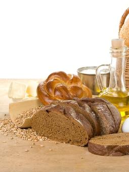 Chleb i pieczywo na białym tle na tle drewna