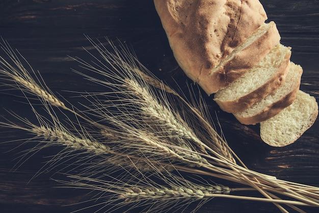 Chleb i pszenica na tle tabeli