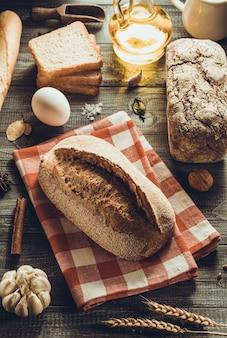 Chleb i wyroby piekarnicze na tle drewna