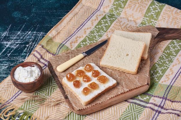 Chleb kanapkowy z jogurtem i konfiturą.