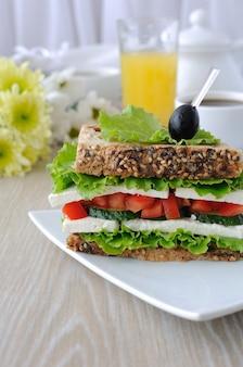 Chleb kanapkowy ze zbożami, serem, pomidorem i ogórkiem