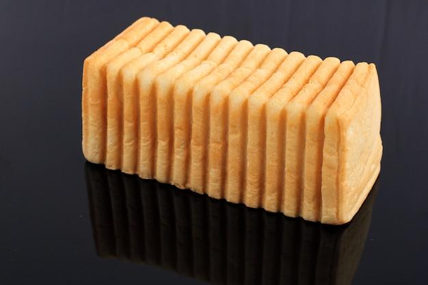 Chleb kasino dla roti bakar bandung lub bandung bread toast, popularne jedzenie uliczne z bandung, west java przy użyciu unikalnego chleba z falistą teksturą powierzchni. chleb przed grzanką, na czarnym tle
