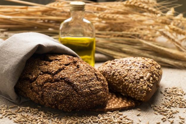 Chleb, kłosy i ziarna na worze