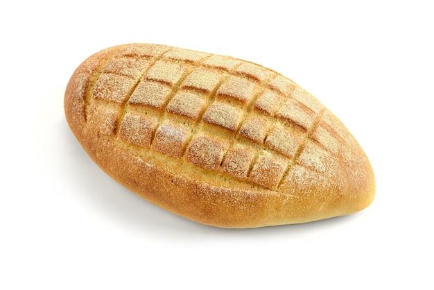 Chleb kukurydziany na białym tle.