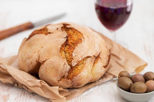 Chleb kukurydziany z oliwkami i czerwonym winem