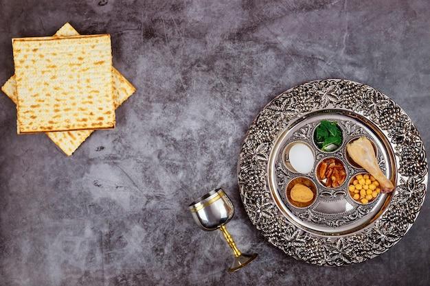 Chleb matzah z koszernym kiduszem i sederą. koncepcja żydowskiego święta paschy.