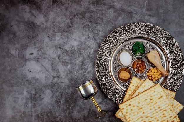 Chleb matzoh z koszernym kiduszem i sederą. koncepcja żydowskiego święta paschy.