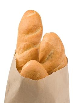 Chleb na białym tle w papierowej torbie na białym tle