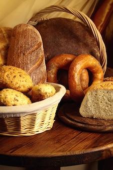 Chleb na drewnianym stole