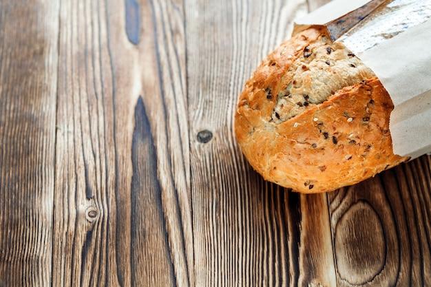 Chleb na drewnianym tle