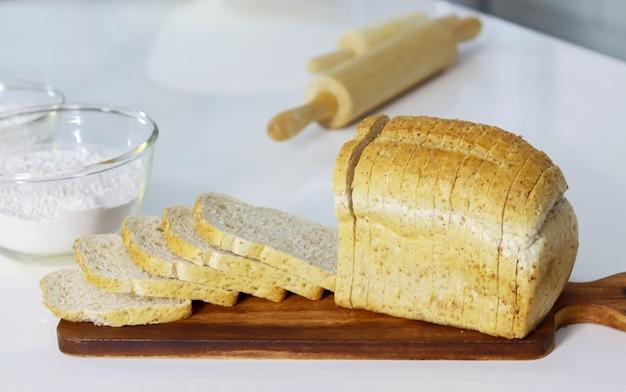 Chleb na podłodze z ciemnego drewna pyszne śniadanie