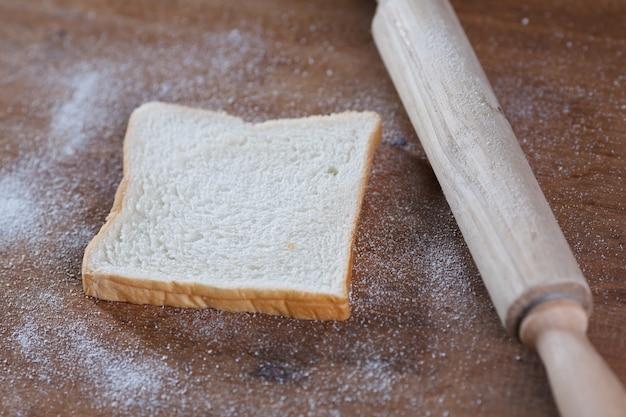 Chleb na podłoże drewniane.