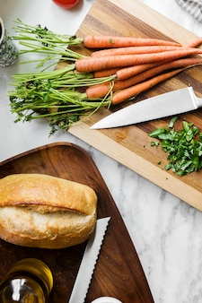 Chleb na zakwasie i marchewki na desce do krojenia