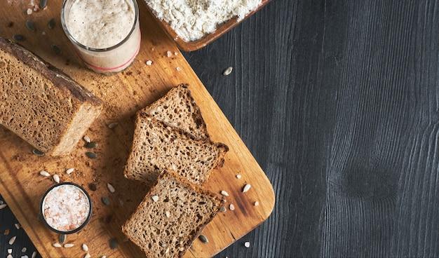 Chleb na zakwasie, pełnoziarnisty chleb żytni z pestkami dyni i słonecznika