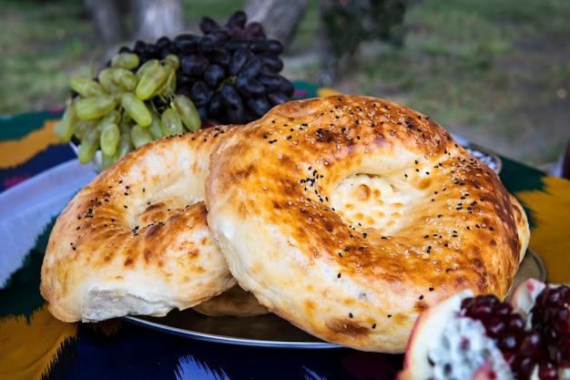 Chleb naan na drewnianym stole. widok z góry. świeży, pachnący chrupiący chleb. chleb tandoor na zbliżenie deska do krojenia. domowy chleb na starym tle. kuchnia orientalna, azjatycka, indyjska.