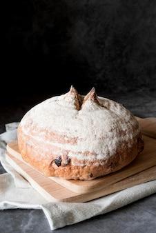 Chleb owocowy pod wysokim kątem na desce do krojenia