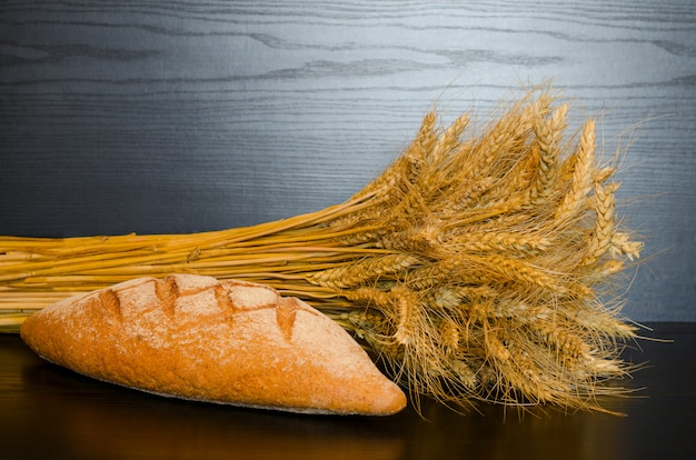 Chleb pełnoziarnisty i snop