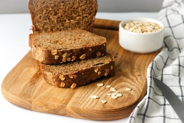 Chleb pełnoziarnisty z płatkami owsianymi. chleb razowy