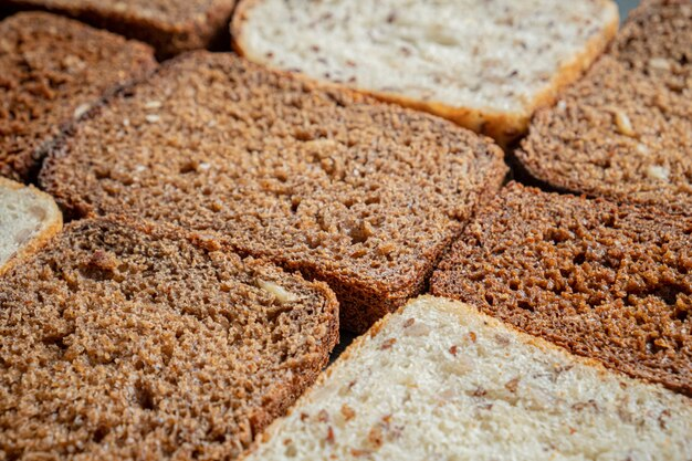Chleb pełnoziarnisty z widoczną szczegółową teksturą