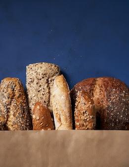 Chleb piekarnia tło. asortyment wypiekanego chleba pszennego brązowego i białego w wykonaniu opakowania.