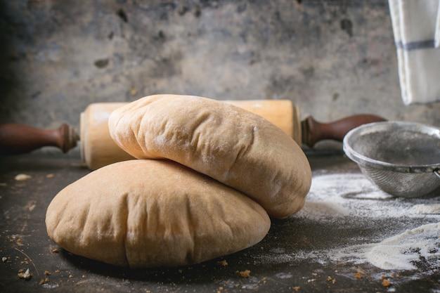 Chleb pita na betonie