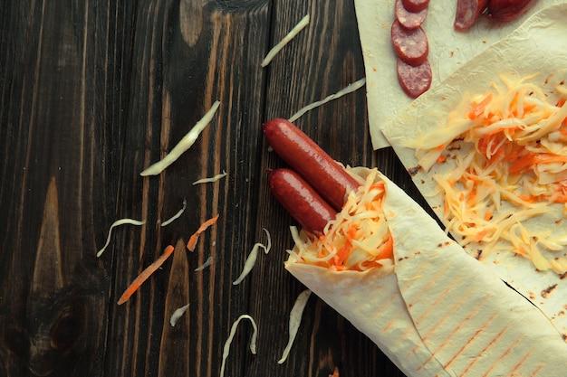Chleb pita z kiełbasą i kiszoną kapustą.zdjęcie z miejscem na kopię.