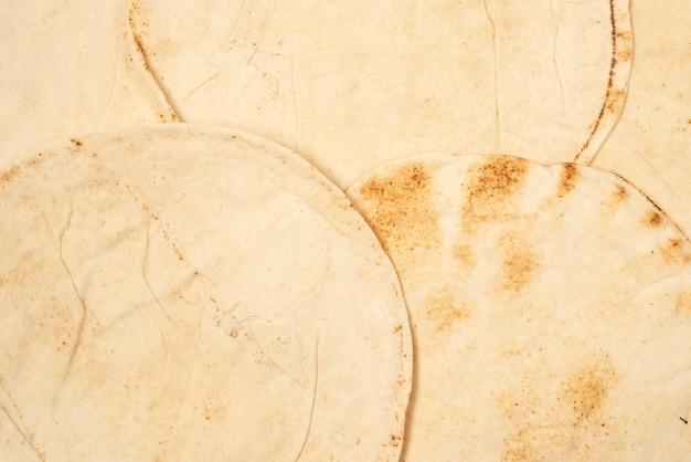 Chleb pitta z grilla na białym tle na białej powierzchni. widok z góry.