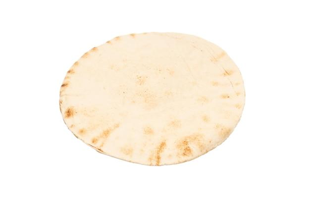 Chleb pitta z grilla na białym tle. widok z góry.