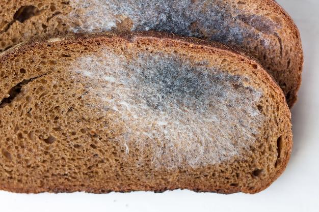 Chleb pleśniowy pokrojony w plastry. żywność jest niebezpieczna dla zdrowia