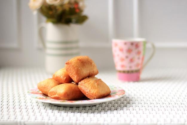 Chleb poduszkowy lub odading to indonezyjskie jedzenie uliczne z bandung, west java. roti bantal z mąki, jajek, mleka i drożdży