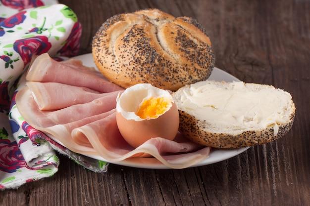 Chleb, szynka i jajko