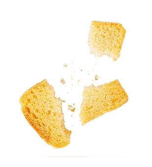 Chleb tostowy (włoskie tosty bruschetta) na białym tle. plastry opiekanej bagietki