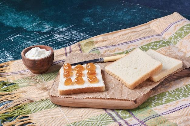 Chleb tostowy z jogurtem i konfiturą.