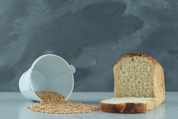 Chleb tostowy z kubkiem jęczmienia na kamiennej powierzchni
