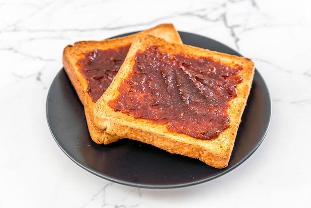 Chleb tostowy z pastą chili