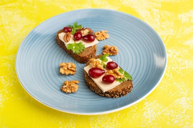 Chleb tostowy z serem i orzechami włoskimi wewnątrz niebieskiego talerza na żółto