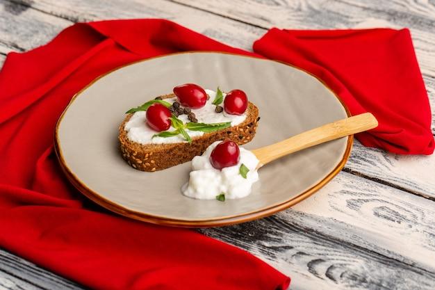Chleb tostowy ze śmietaną i dereniem na szaro