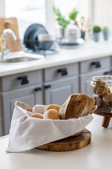 Chleb w koszu na kuchennym stole w nowoczesnym wnętrzu