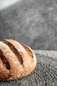 Chleb w koszyku na szarej marmurkowej powierzchni