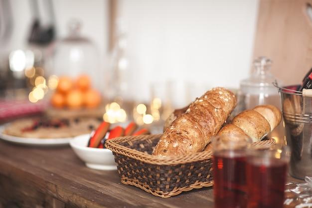 Chleb w koszyku w kuchni. długi bochenek na neutralnym tle