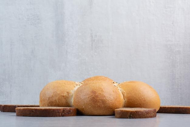 Chleb w kształcie kwiatu i kromki chleba na białym tle. wysokiej jakości zdjęcie