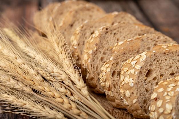 Chleb w plasterkach i trawa pszeniczna na worku