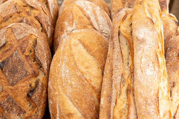 Chleb wiejski i organiczne bagietki na zakwasie i gotowane na ognisku