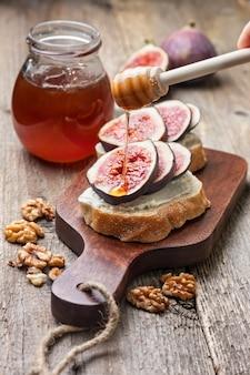 Chleb z figami, ricotta na starym drewnianym tle